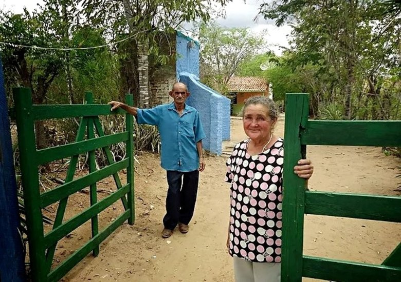 Dois sertanejos abrem a porta do pequeno sítio no sertão do Ceará. As experiências de viagem ficam mais aprofundadas com o turismo de experiência