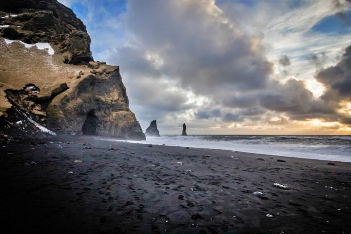 praia de areia negra na Islândia - lugares seguros para mulheres