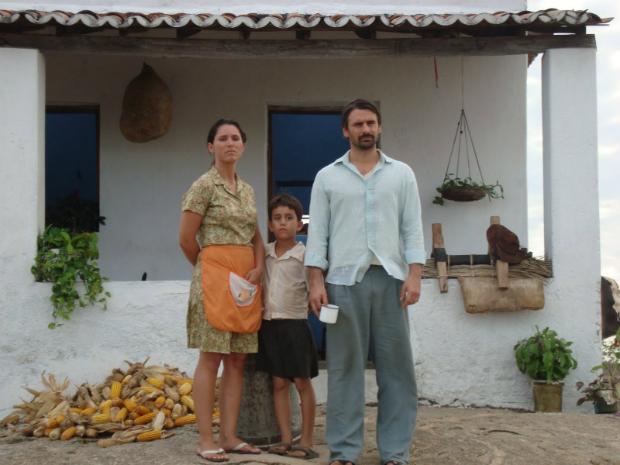 Atores em frente a uma casa, gravação do filme Área Q