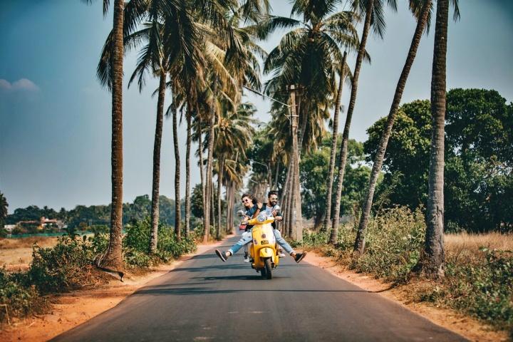 viajantes pilotando moto. Seguro viagem internacional