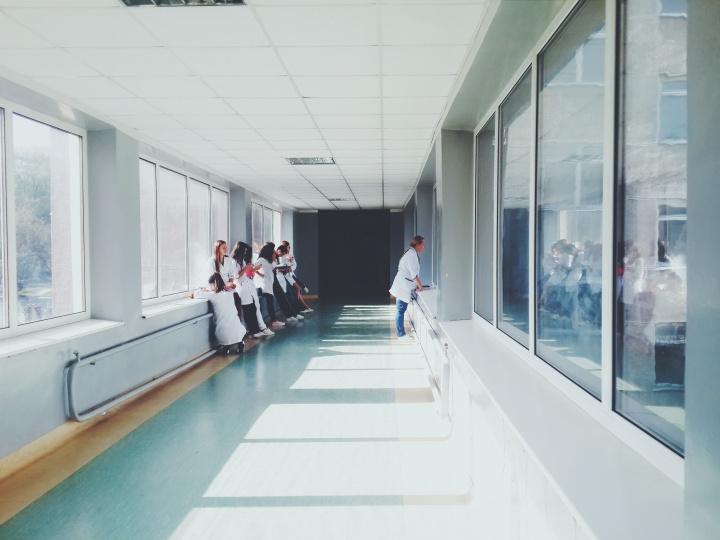 doctors glass hallway 127873 - Seguro viagem - o que você precisa saber na hora de viajar