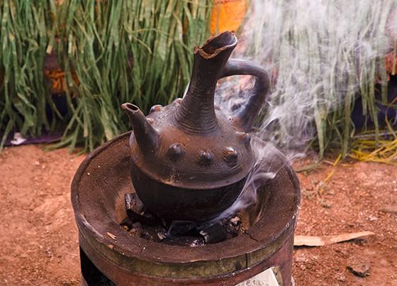 A Jebena é uma cafeteira típica da Etiópia utilizada para servir o café durante a Cerimônia  - Foto: Revista Época (Haroldo Castro)