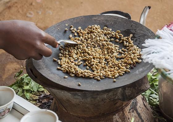 Torrefação dos grãos de café durante a Cerimônia - Foto: Época (Haroldo Castro)