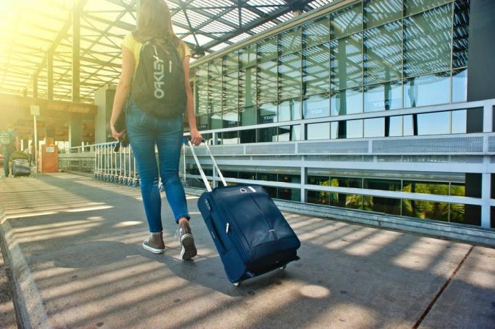 viajante em Aeroporto - bagagem de mão