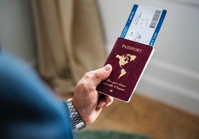 adult blur business trip 1266017 - Checklist de viagem: dicas essenciais para qualquer viajante