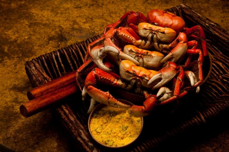 Caranguejo servido com farofa em bares e restaurantes de Fortaleza.