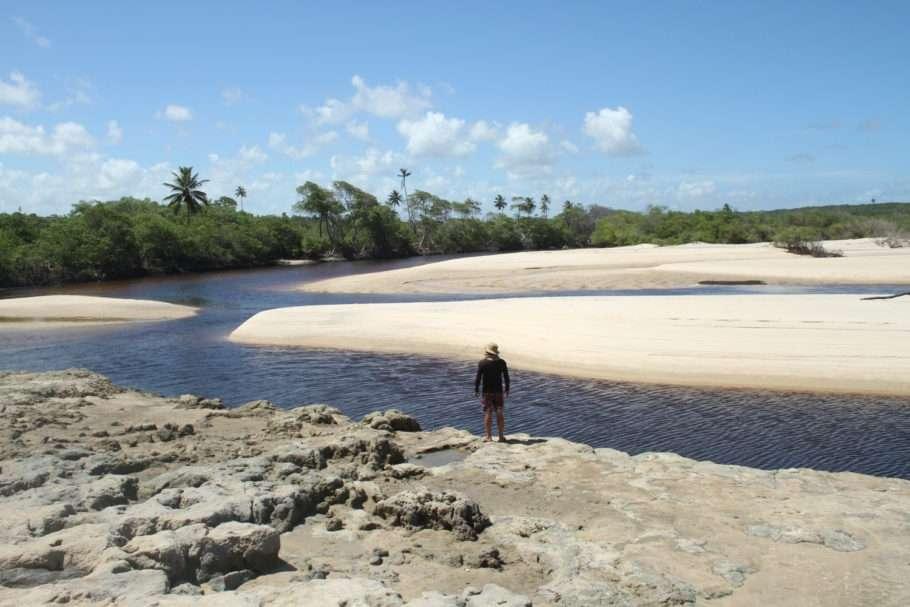https catracalivre.com .br wp content uploads 2019 05 paraiba pitimbu praia viagem em pauta3 910x607 1 - Pitimbu - PB: Piscinas naturais, estuários e falésias formam o cenário intocado do destino