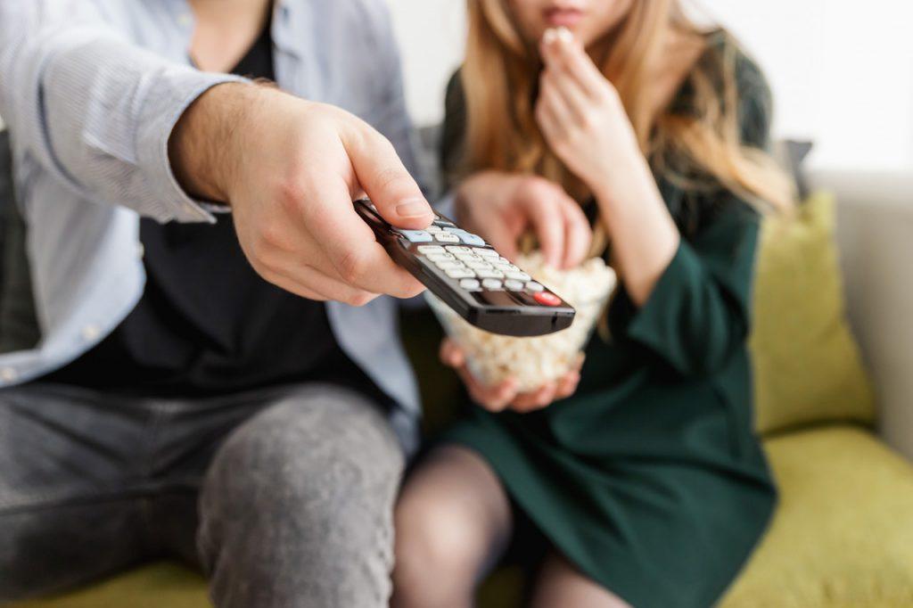 """man holding remote control 1040160 1024x682 - O que fazer em casa enquanto se está de """"quarentena"""""""