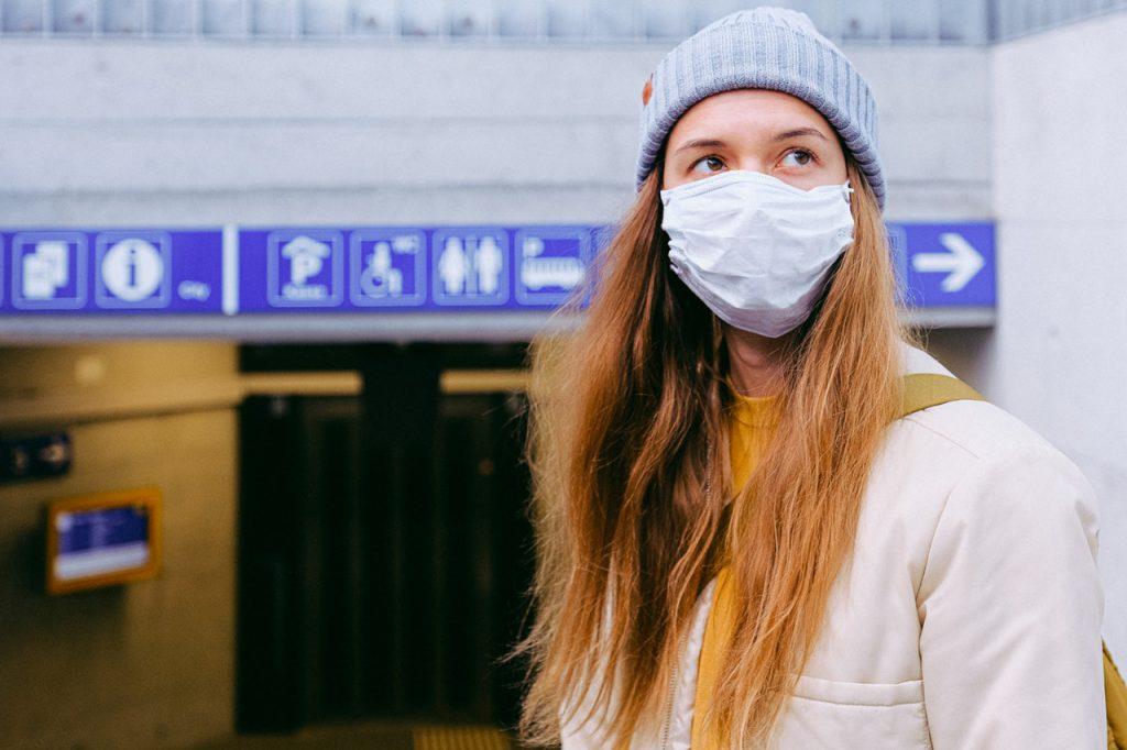 """woman in face mask 3962214 1024x682 - O que fazer em casa enquanto se está de """"quarentena"""""""