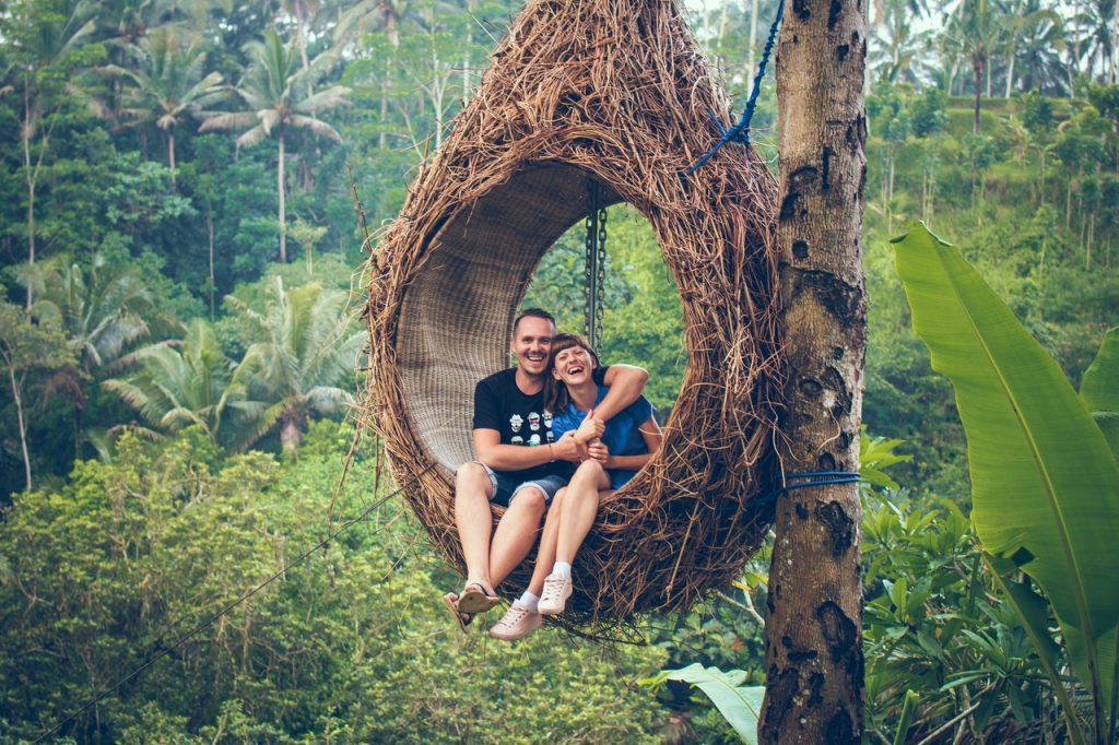 """man and woman sitting on hanging chair by a tree 1319829 1024x682 - Novos protocolos de embarque, experiências on-line e outras tendências do """"novo turismo"""""""