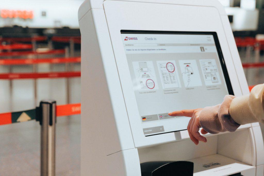 """person checking in at the airport 3943950 1024x682 - Novos protocolos de embarque, experiências on-line e outras tendências do """"novo turismo"""""""