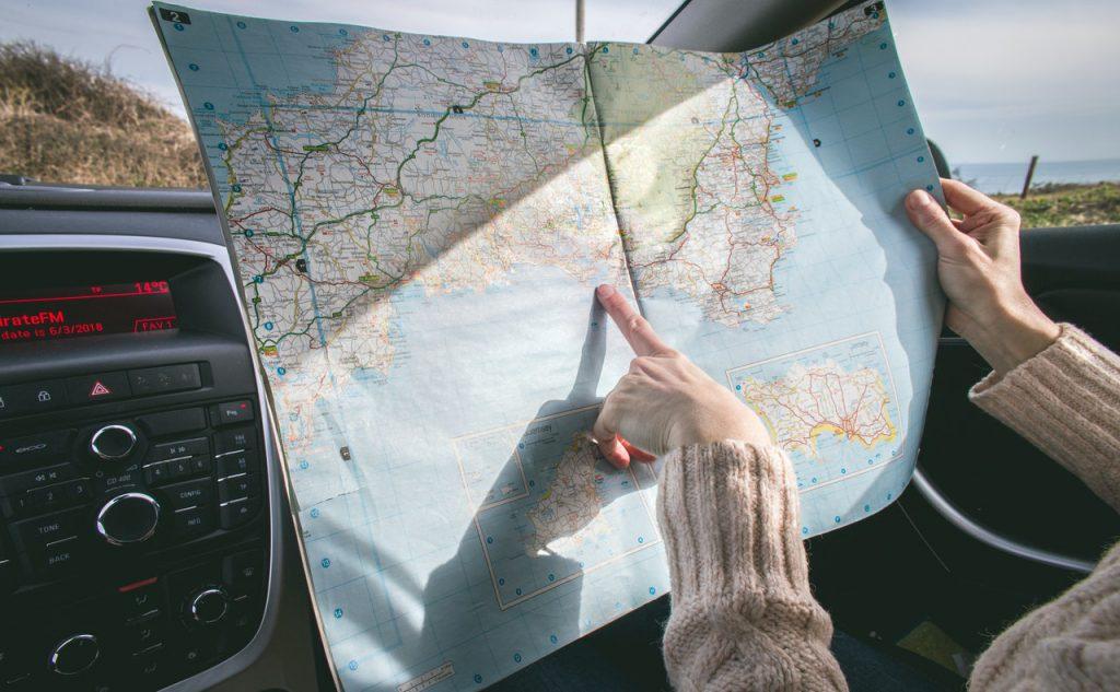 """person wearing beige sweater holding map inside vehicle 1252500 1024x633 - Novos protocolos de embarque, experiências on-line e outras tendências do """"novo turismo"""""""