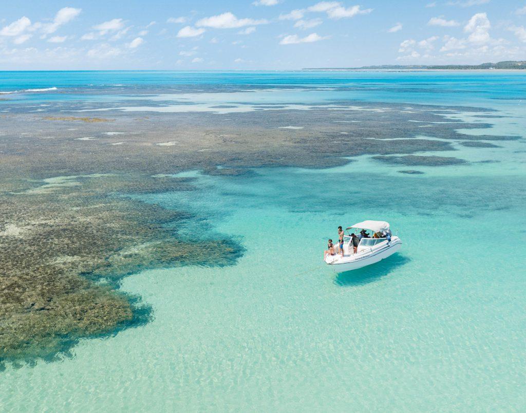 Lancha piscinas naturais japaratinga lounge resort corais scaled 1 1024x804 - A 10 km de Maragogi, Japaratinga tem praias paradisíacas, piscinas naturais e muito mais
