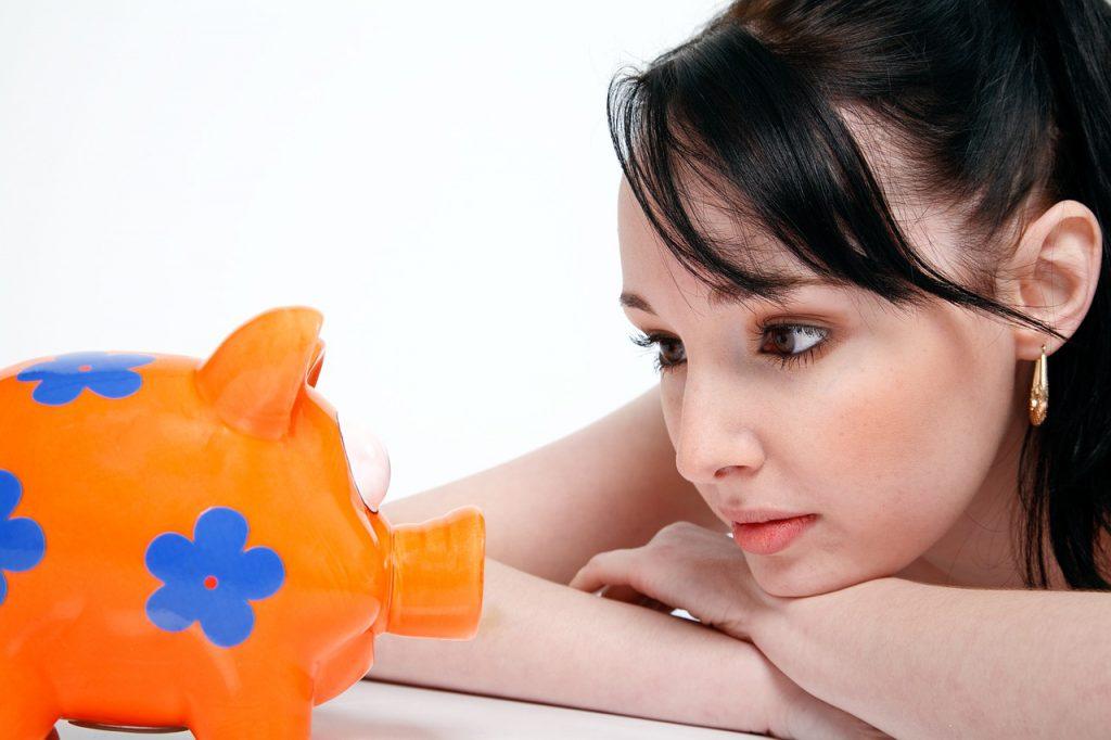 piggy bank 850607 1280 1024x682 - Viaje mais barato com  hospedagem, transporte e até malas compartilhadas