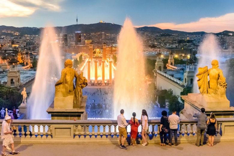 fuente magica montjuic - 10 atrativos e passeios para fazer em Barcelona – Espanha