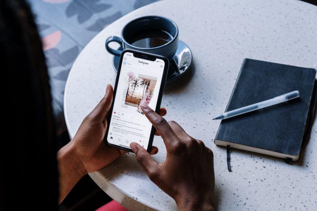 pexels cottonbro 5053851 1024x682 - Que perfis da industria você deveria seguir no Instagram?