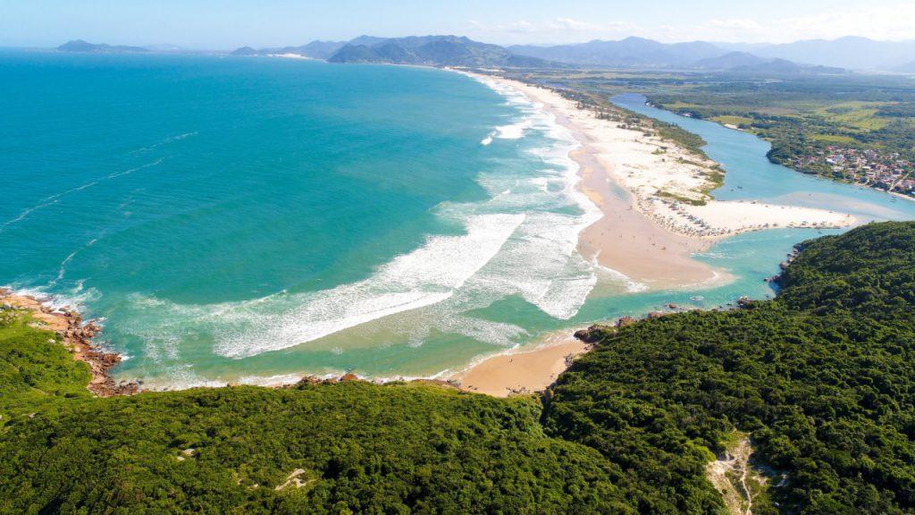 praia–guarda–do–Embaú 1024x576 - 10 praias de Santa Catarina que você deveria conhecer