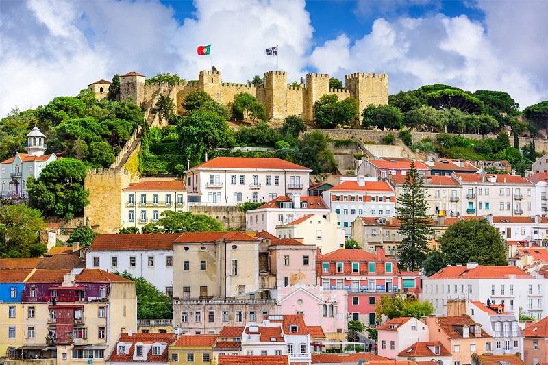 castelo sao jorge longe - Lisboa em dois dias: roteiro com os principais pontos turísticos para você visitar