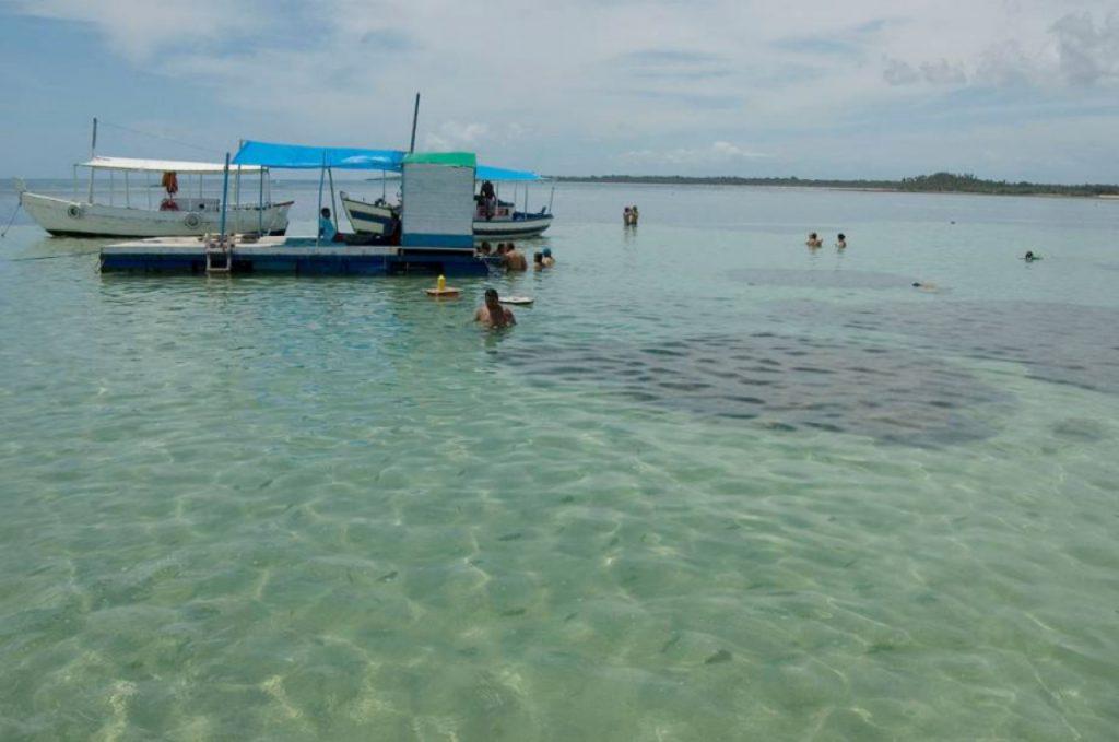 piscinas–naturais–Moreré 1024x679 - Água morna e cristalina, piscinas naturais, quilômetros de areia branca e coqueiros compõem o cenário paradisíaco de Moreré